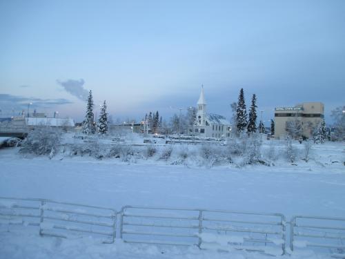 広場から教会が見えます。実は真ん中に見えるのはユーコン川です。