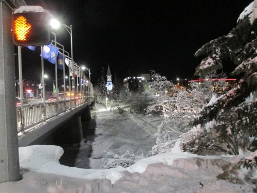 5時頃のダウンダウンの模様です。凍っていますが、橋の下にはユーコン川が流れています。