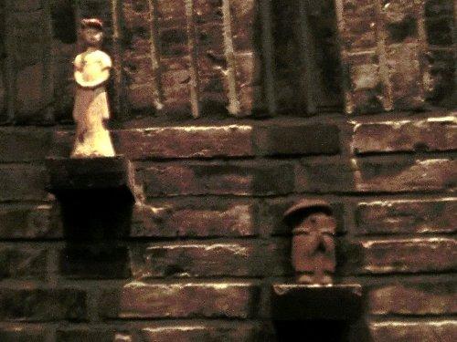 お仲間の所に永住<br /><br />製作者の希望により、笠地蔵を現地に置いてきてほしいとのことでしたが、ぴったりの場所を見つけました。某マッサージ店の壁です。小さな仏像がたくさん飾ってあり、仏像を置くための台が余っていたので、そこに乗せてきました。(^^ゞ