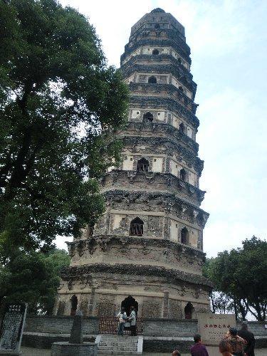 中国のピサの斜塔と言われる雲岩寺塔、3.5度傾いています。