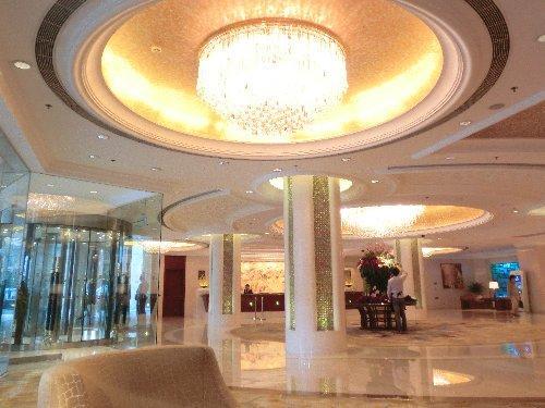 ホテルのロビー<br /><br />私の個人旅行では、珍しく豪華なホテルです。