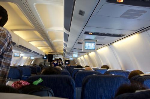 ウズベキスタン航空のボーイング757。シート間隔は狭く、個人モニターも無し。