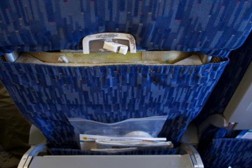 シートはボロボロ・・・。<br />行きの機内食だけは、まぁまぁ美味しかったですけど・・・。