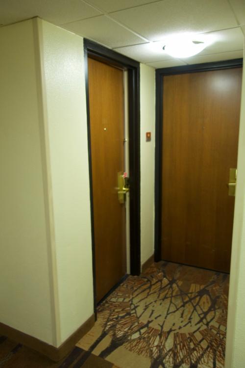 初日の宿泊は前回と同じウェストマーク・フェアバンクス。<br />2人部屋が2つ、隣接した部屋でしたが今回はコネクティングルームにはできず、残念。<br />部屋も前回より狭かったです。<br />早朝のチェックイン後、とりあえず昼まで爆睡。<br />昼食(ビュッフェ形式)のあと、カメラ機材の準備。<br />嫁さんはホテル周辺のお土産屋さんを下見に。<br />夕方に集合して、オーロラ講座とレンタル防寒着の受け渡し。