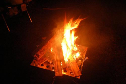 少し寒いので、たき火をした。