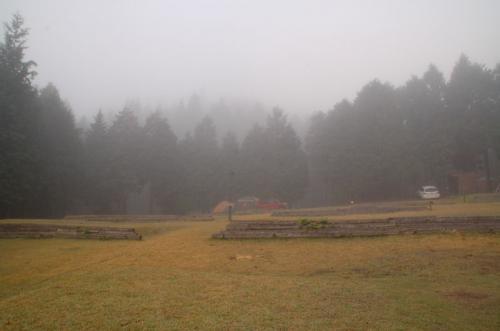 夜は、300W/600Wのファンヒーターをつけて寝た。寒くはなかった。朝、起きてみると、外は霧がたちこめていた。