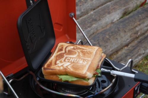 使っているのはCHUMS(チャムス)のホットサンドウィッチクッカーで、表面と裏面に、CHUMSのロゴと、ブービーバードの焼き目が付く。