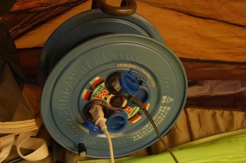 キャンプ場で電気を使う場合は、電工ドラムは必須である。