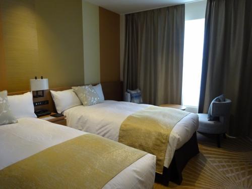 チェックイン時間の<br />少し前にホテルに戻り、お部屋へ。<br />8階のゲレンデ側のお部屋です。<br />リニューアルされたばかりのお部屋で、<br />綺麗です。<br />落ち着いた雰囲気のインテリアで、<br />私は好きな感じでした。