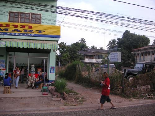 バーン・チャン・サウナ。<br />よく通ったハーバル・サウナ。このミニ・マートの隣の小道を入ったところにある。ほとんどが地元の人。サウナ7,000kip、マッサージ25,000kip。