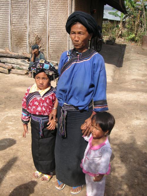 写真を撮ってほしくて、わざわざ孫を民族衣装に着替えさせて一緒にやって来る。