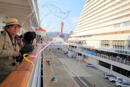 神戸港へ2時に入港、150人の新たなクルーズ客が乗船してきて船内は更に賑やかになってきた。3時45分からセイルアウェイ・パーティーがあり神戸から乗船した皆さんの別れのセレモニーが行われた。プロムナードデッキ後方で芸能人の大村昆夫妻と隣り合わせた、少し会話を交わせ妻がご大村夫妻と記念撮影、その後飛鳥?は神戸港を出港、海上では消防艇が放水で見送ってくれた、<br />詳細は下記アドレス。<br />http://zenpaku.huu.cc/asuka/4/5.htm