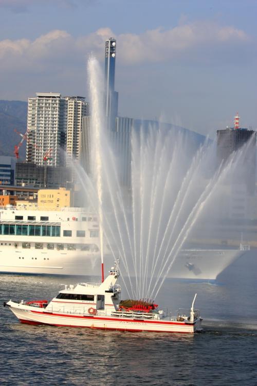 神戸港の消防艇の放水で出港しました。<br />詳細は下記アドレス。<br />http://zenpaku.huu.cc/asuka/4/5.htm