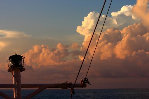 東シナ海を香港に向けて終日航海です。夕暮れの空が綺麗でした。ブリッジからの船長の船内放送では冬型の季節配置で、北の風が東シナ海まで吹き出しているということで 、今回の航海では最初で最後の揺れで、乗客の皆さんを歓迎しているとのことでした。<br />詳細は下記アドレス。<br />http://zenpaku.huu.cc/asuka/4/7.htm