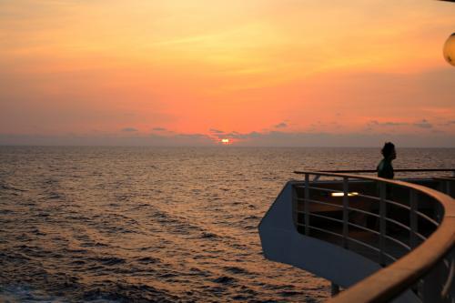 東シナ海の夕陽。<br />詳細は下記アドレス。<br />http://zenpaku.huu.cc/asuka/4/8.htm
