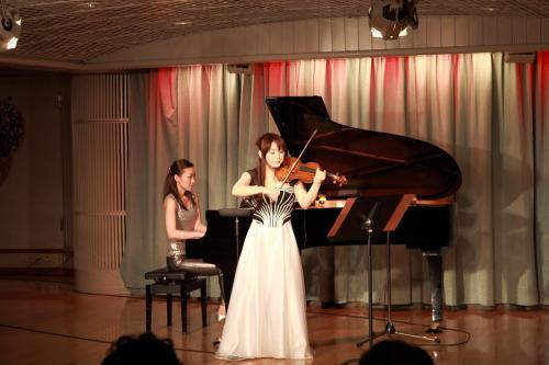 食後、11デッキパームコートで先日演奏会のあった、石川綾子さんのラウンジコンサートが行われました。ゆったりとしたスペースのパームコートで聞くヴァイオリンの音色は至福の一時でした。演奏会終了後 に記念撮影に応じていただきました。