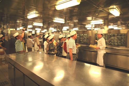 飛鳥?の厨房見学会。オールステンレスで出来た厨房は清潔で広く、すべて電気でガスなどの日の出ル武野は使われていませんでした。