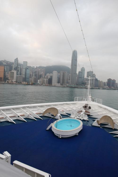 4月9日(金曜日)朝起きて窓の外を見ると、香港の高層マンションの明かりが見える、外が明るくなった7時頃、中国大陸側の九龍半島海運大厦(オーシャンターミナル)に接岸した。6日ぶりの陸地に降り立った。<br />詳細は下記アドレス。<br />http://zenpaku.huu.cc/asuka/4/9.htm