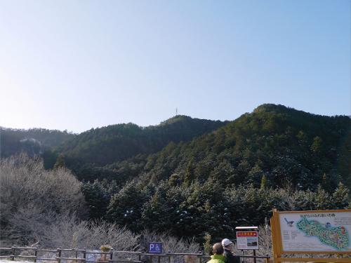 ながら川ふれあいの森の駐車場です。<br />あの鉄塔方向の右が百々ヶ峰東峰山頂となります。<br /><br />