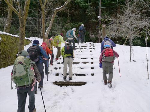 雪の有る階段を登ります。<br />ここからが本格的なスタートとなります。