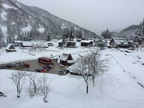 体力のない私はこのあたりでザセツw<br />山の中腹あたりから見下ろした風景はこんなかんじです<br /><br />ここからさらにあがっていくともっと全体を見渡せる景色が広がっているのでしょうが、、結構雪で足がすべったりして、怖いので、先へは行きませんでした。
