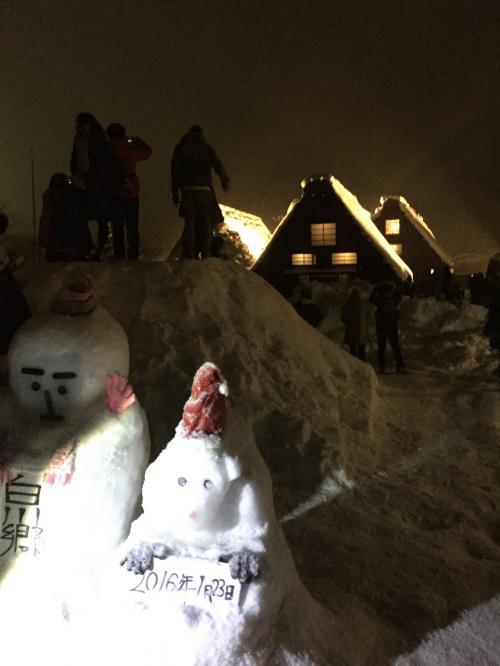 雪をかためて、数人があがれるような山が作ってありました。(ゆきだるまの奥)<br />そこにのぼると正面の合掌造りの建物を正面からとらえることができます