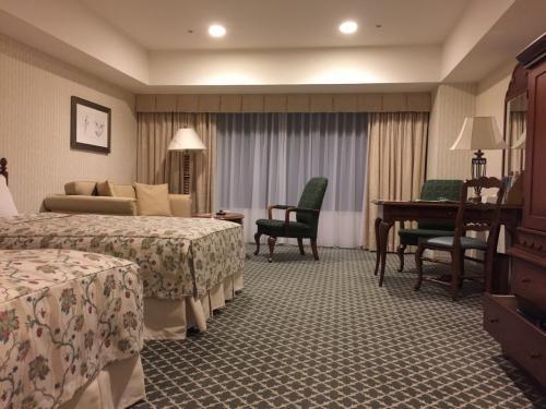 こちらは宿泊先「ホテルアソシア高山」<br />ステキなお部屋でした<br /><br />ただ、、ものすごい数の中国人団体がいて、エレベータに乗るだけでも20分以上並ぶハメに、、、<br />分散してチェックインしてくれればいいのだけど、、と思ってしまいましたが、白川郷見てからだと、そんな時間でないとチェックインできないんだろうなあ←私たちも同じ時間帯だったわけですからねえ、、