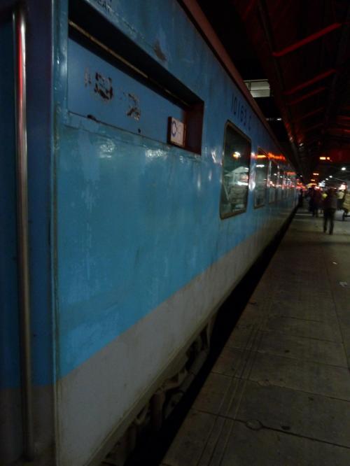 乗車前に水を買っておく。<br />近くで見ると、タイの鉄道よりもボロイ。