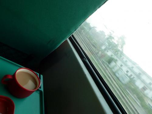 暖かいチャイを飲みながら、インドの風景をのんびり眺める。<br />やはり鉄道旅は良い。