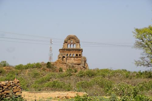ラクシュミ寺院を後にして、チャトルブジャ寺院を目指して町まで降りていく。<br />途中、名も知らない遺跡が結構ある。