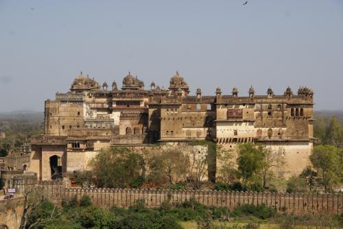 Raj Mahal と Jahangir Mahal。<br /><br />重厚なつくり。