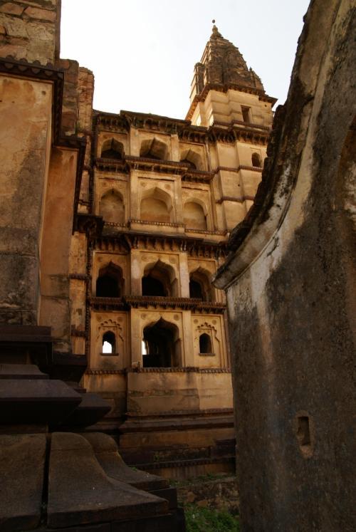 チャトルブジャ寺院は中に入って撮影したりするより、外で有る程度距離を置いてみたほうが美しい。
