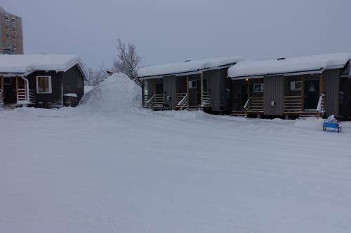 RIPANのコテージ群<br />除雪した雪が棟の間に積まれている。