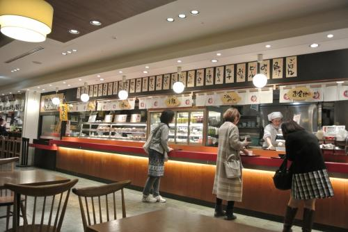 連休だし早め集合。<br />朝ごはんたべよう〜とフードコートの関空食堂へ。<br /><br />はじめて来たけど色々あって楽しい!