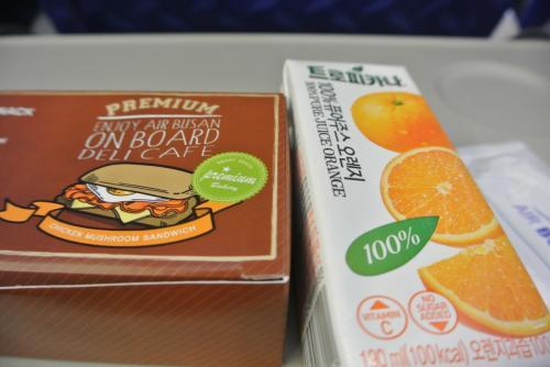 LCCなのに機内食とジュースが出るんですね!<br /><br />普通に食べられるお味。<br /><br />満腹なので完食はしませんでしたが、サービスいいな〜。