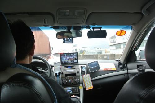 さてwifiもオッケーでタクシーへ。<br /><br />しかしなにやらえらい渋滞・・<br />これだいぶかかるかもしれないからどこかの駅で降ろそうかと提案され、それでもいいよと話していたのですが結局ホテルまで行ってくれました。<br /><br />西面まで行って細かい道がわからず周りに聞いてくれたりして優しい運転手でした。