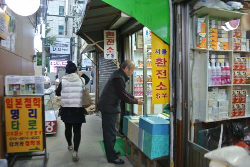 サジャンニム。<br /><br />小さな商店。よく見たら¥$書いてますね。