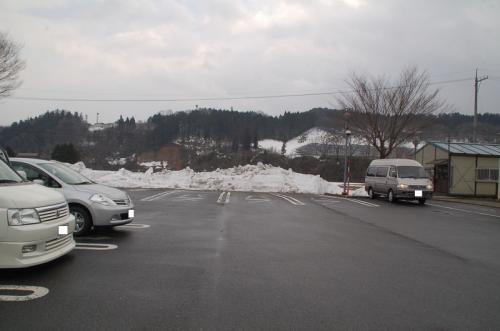 道の駅の駐車場。ここには雪があった。