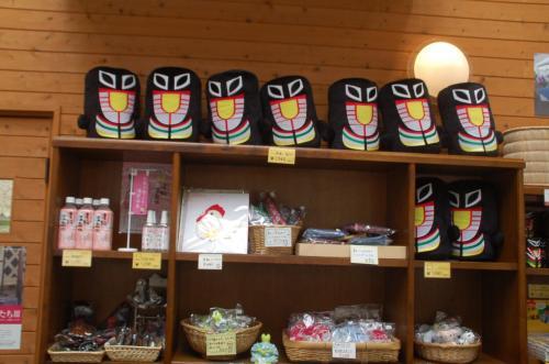 蒜山高原には、プロレスラーの覆面のようなものがあちらこちらで見られた。お土産コーナーをのぞいてみると、それがあった。これは一体何だろう?<br /><br />調べてみると、この地方に伝わるスイトンという怪物らしい。<br />[http://cms.top-page.jp/p/maniwa/hiruzen/5/4/5/]<br />