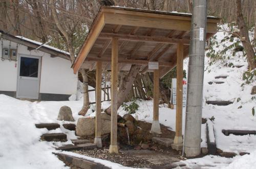 受付を済ませたあと、近くにある塩釜冷泉で湧き水をいただく。実は、これから利用する中蒜山オートキャンプは、冬場は水道が凍結するため、水道を使えないのである。そのため、キャンパーたちは水を持参するのである。