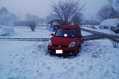 雪は更に凍っていた。カングーも寒かっただろう。