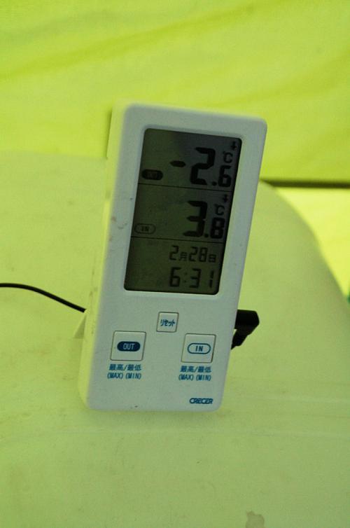 ちなみに、朝六時半過ぎの気温は、外がマイナス2.6度、土間が3.8度。確か寝室は10度前後だったと思う。
