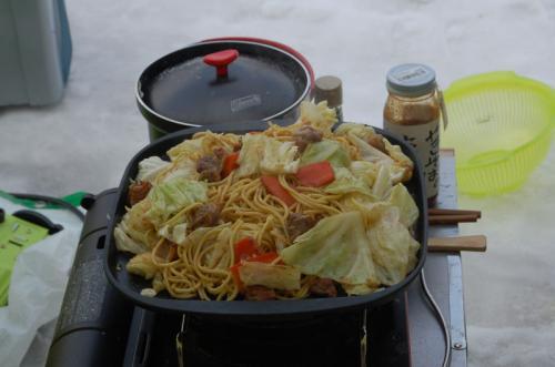 お昼は、またまたガンモが焼きそばを作ってくれた。ひるぜん焼きそばである。ガンモの手料理は、具が大きいのが特徴。