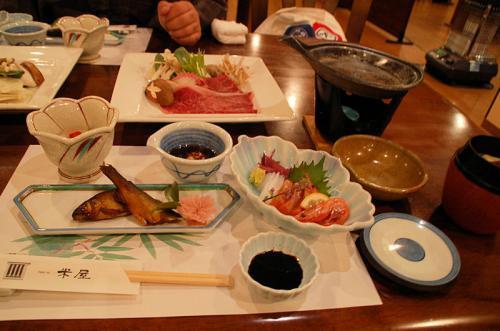 夕食は、地豆腐、小鉢、旬魚の造り、鮎の甘露煮、和牛すき焼き。<br />