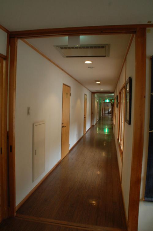 建物が長いので、廊下も長い。大浴場は、この奥にある。