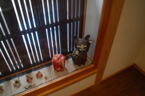 窓辺には、様々な置物が置かれていた。