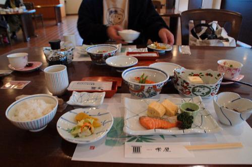 ご飯が運ばれて来た。おかずがたっぷりあったので、夫のガンモも私もご飯をお代わりした。