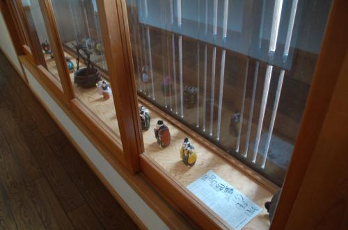 窓にもいろいろな置物が飾られていた。