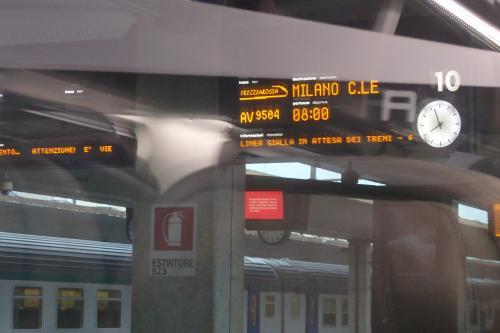 先ほどのとは違いごく普通の電車なので、撮る気はおきず…。<br /><br />でも驚くことに(!)殆ど定刻に出発しました。