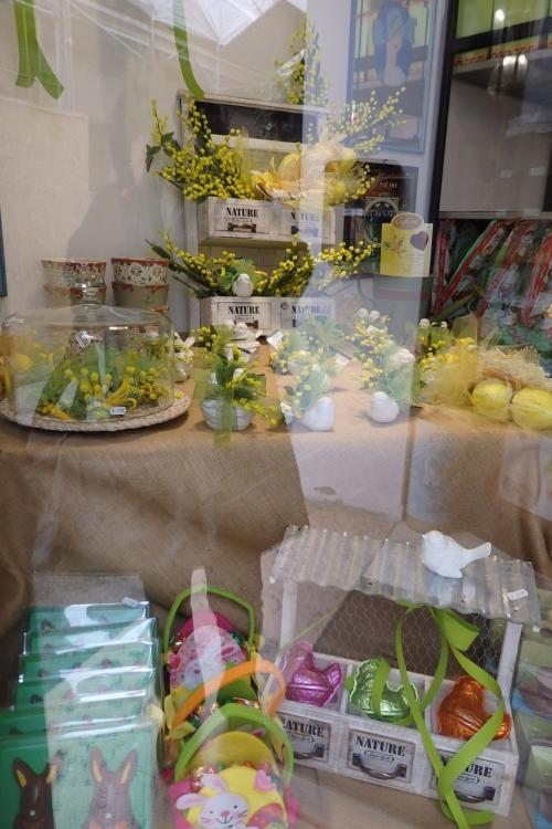 早速街歩き開始です。<br /><br />オシャレな街で、ウィンドウの飾りに黄色のミモザが・・。<br /><br />何でも、イタリアでは3月にミモザを女性に贈るのが習慣なのだそうですが、暖かくてもうすでに咲いてしまったと。<br /><br />この明るい黄色が春を思わせて素敵ですね。